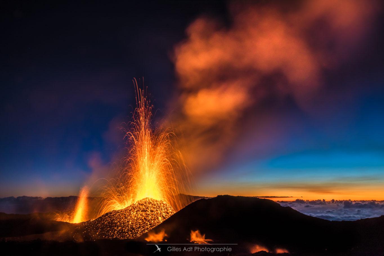 Lever du jour sur l'éruption